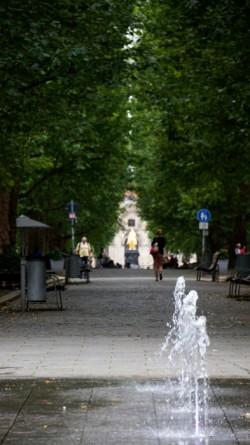 Hauptstraße mit Goldenem Reiter