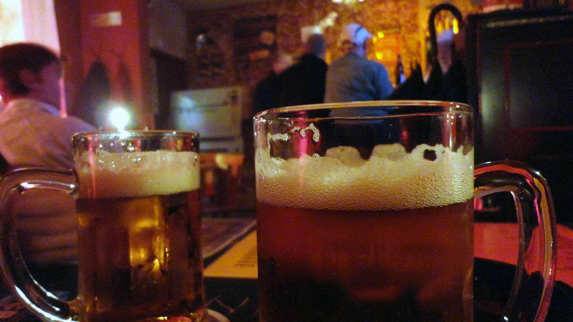 """Das Bier im """"Unfassbar"""" war gut, die Stimmung auch. Foto: Archiv 2012"""