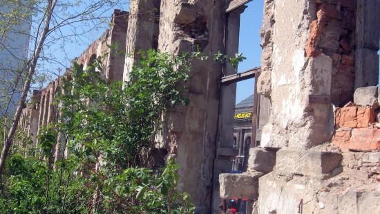Bahnhof Neustadt durch die Ruinen-Wand gesehen.
