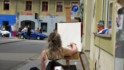Malerin mit Blick auf die Alaunstraße