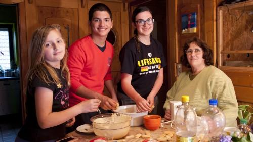 Da wird die heimische Küche international, wenn die Gastschüler Giulia aus Italien (2.v.r.) und Julio aus Brasilien (2.v.l.) zur Rührschüssel greifen. Foto: stepin.de