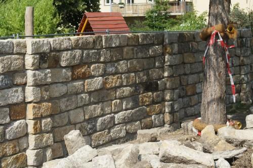 Die Mauer soll die Kindergarten-Kinder vor neugierigen Blicken schützen.
