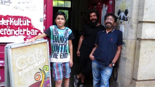 Ali, Hamid und Hamids Sohn heißen mich willkommen.