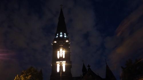 Der Glockenturm, beleuchtet von Ruairí O'Brien.