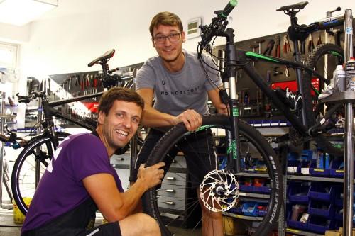 Tino und André vom Bike-Center sind Experten, wenn es ums Rad geht. Foto: Youssef Safwan