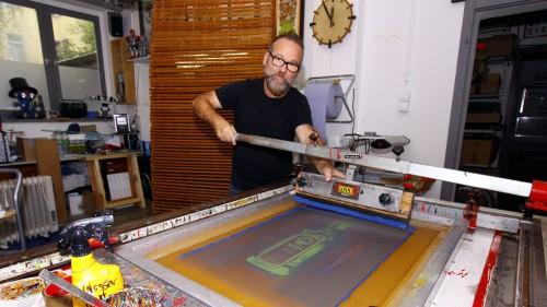 Beherrscht die Kunst des Siebdrucks: Lars P. Krause. Foto: Youssef Safwan