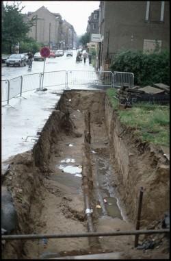 Was ist nicht alles in dieses Loch auf der Alaunstraße gefallen. Foto: Lange