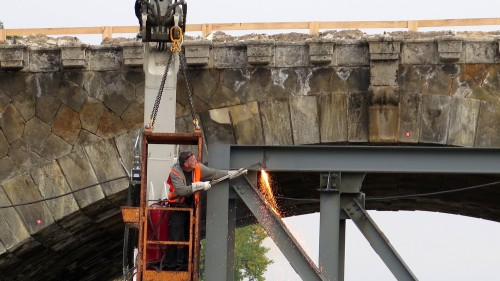 Schweißer demontiert die Behelfsbrücke