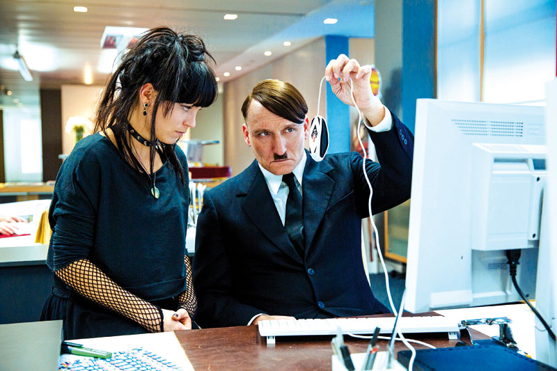 Hitler lässt sich das Internetz von der Assistentin erklären.