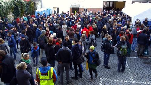 Der Hof war gut gefüllt. Die Besucher standen zum Teil bis auf die Straße hinaus. Foto: Youssef Safwan