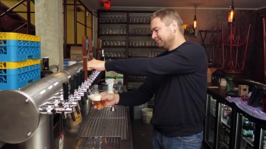 Inhaber Stefan Voigt zapft schonmal ein Probe-Helles.