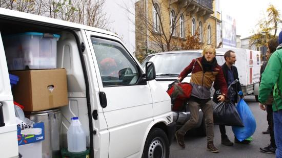 Die beiden Transporter sind schwer beladen mit warmen Klamotten und Lebensmitteln. Foto: Youssef Safwan