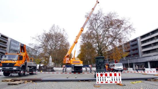 Mit einem riesigen Kran wurden erst die schweren Postament aufgesetzt, später die Masten aufgestellt. Foto: Youssef Safwan