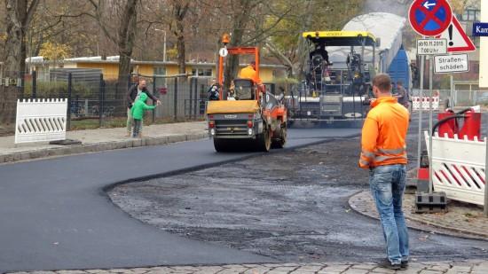 """Die Straße """"Alaunplatz"""" neben dem Kindergarten wird zurzeit schick gemacht."""