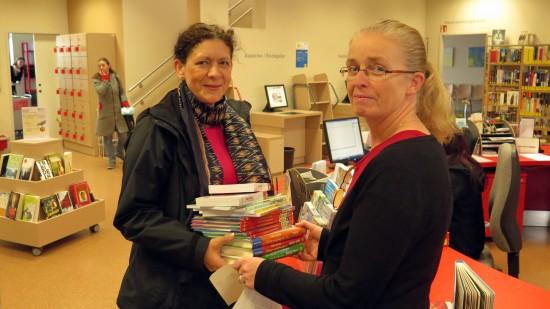 Buchhandlungschefin Christine Polak hat die Bücher persönlich bei der Bibliothekarin Elisabeth Schäckel abgegeben.