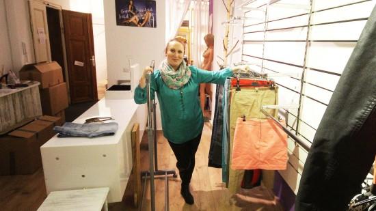 Hat ihren Laden für das Second-Hand-Weekend ausgeräumt. Schlüpper-Verkäuferin Dina Stiebing
