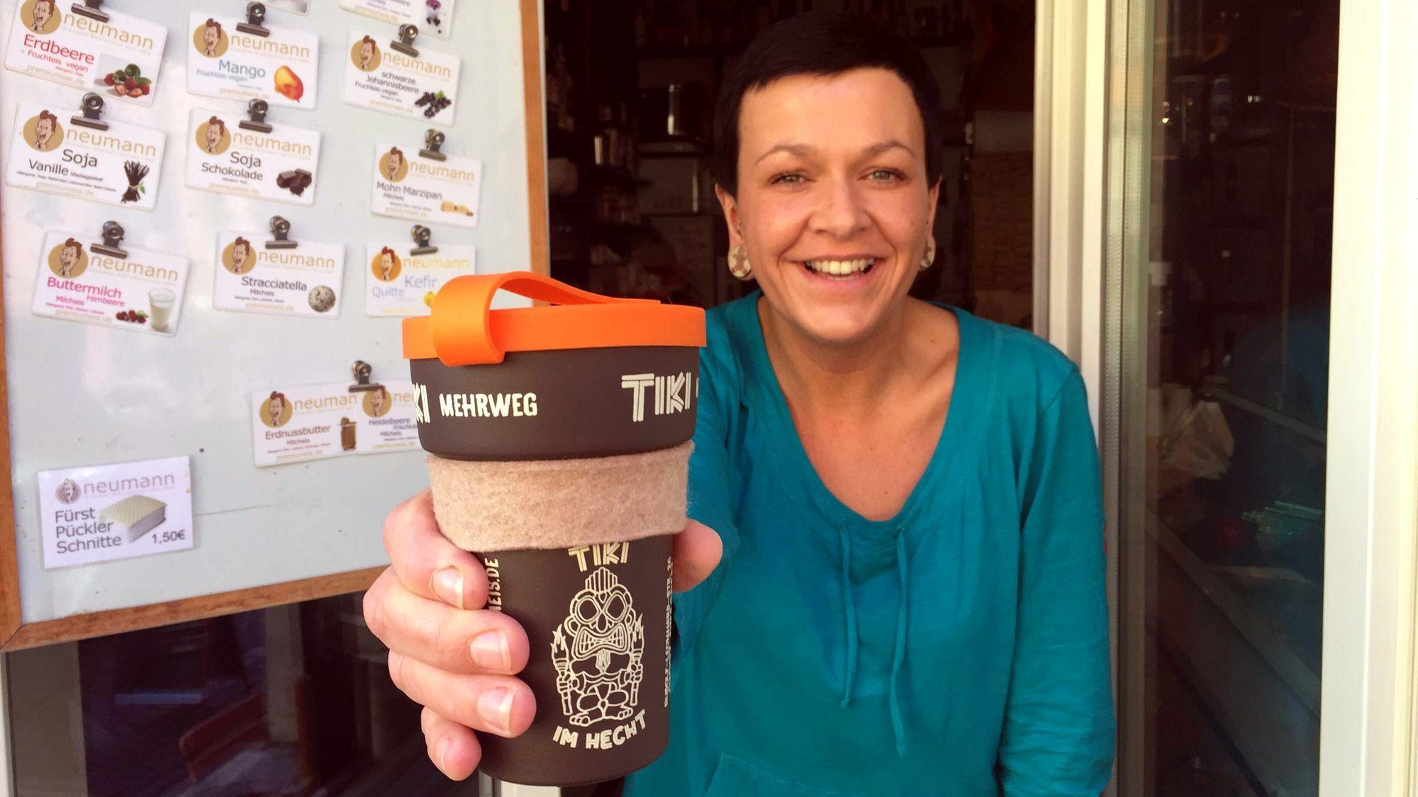 Verkäuferin Antje präsentiert den Becher