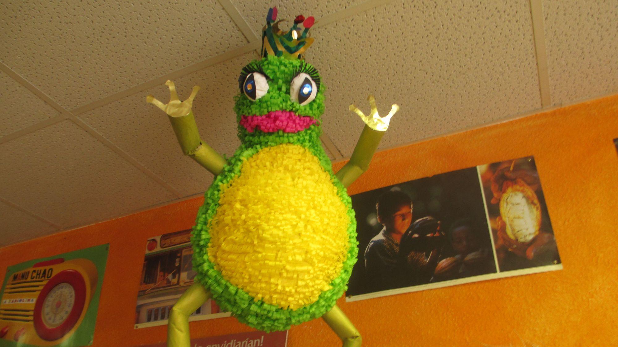 Verwandelt sich nicht in einen Prinzen, sondern in Zucker: eine selbstgebaute Pinata