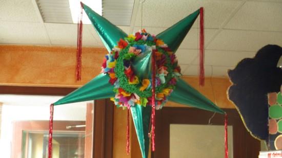Aus vielen glänzenden Hüten entsteht ein Stern