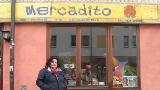 Maria Kordt vor dem El Mercadito