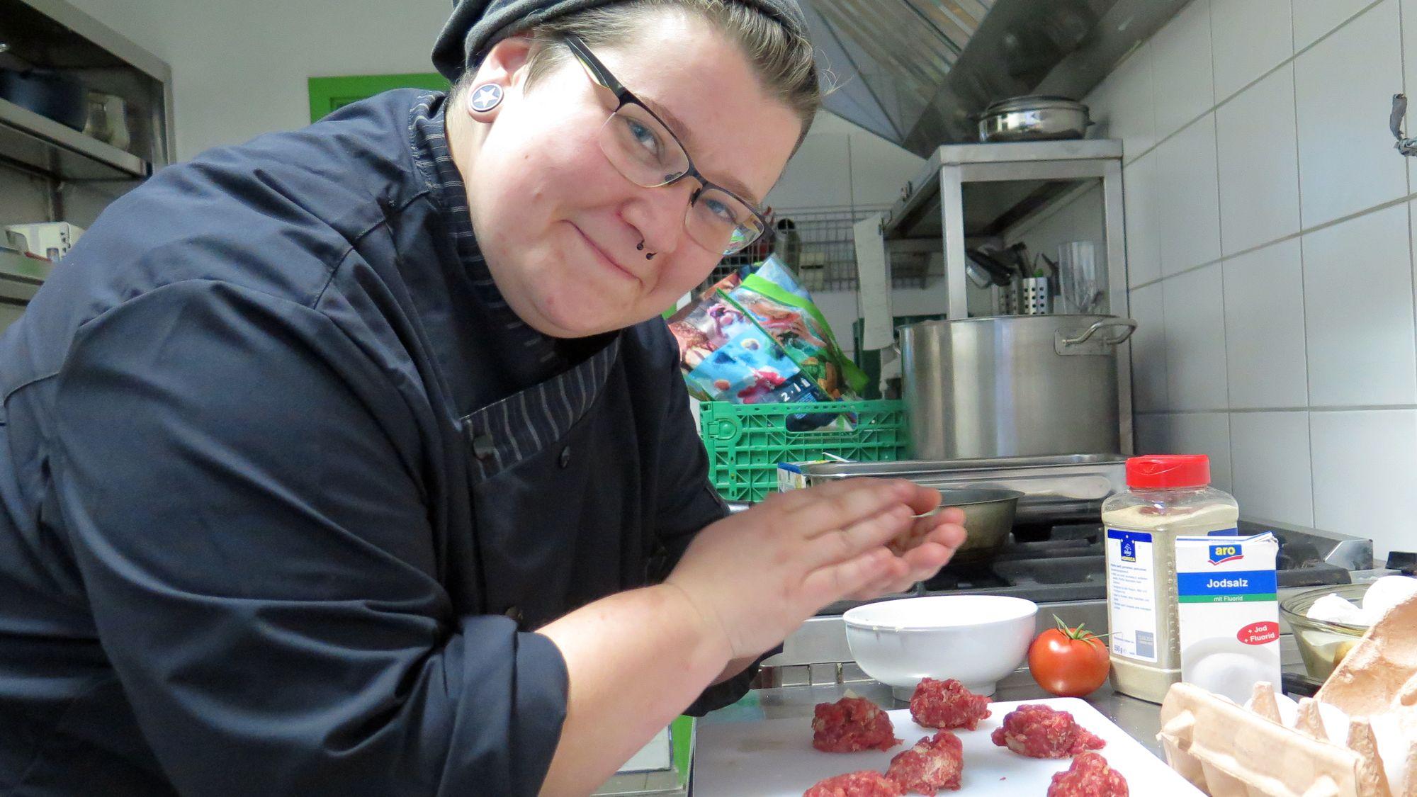 Anni bereitet schon mal die Bouletten vor.