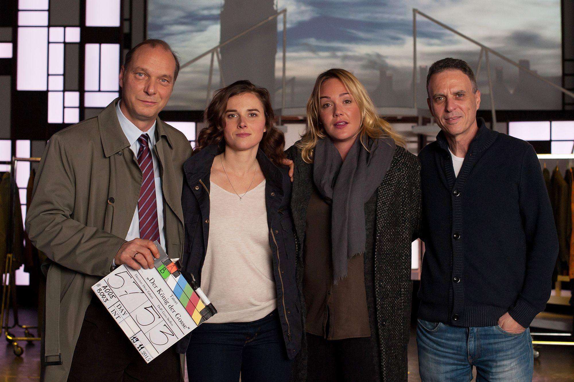 """Drehstart Tatort """"Der König der Gosse"""" (AT).  Martin Brambach, Karin Hanczewski, Alwara Höfels und Regisseur Dror Zahavi (v.l.). Foto: """"obs/MDR/MDR/Gordon Mühle"""""""
