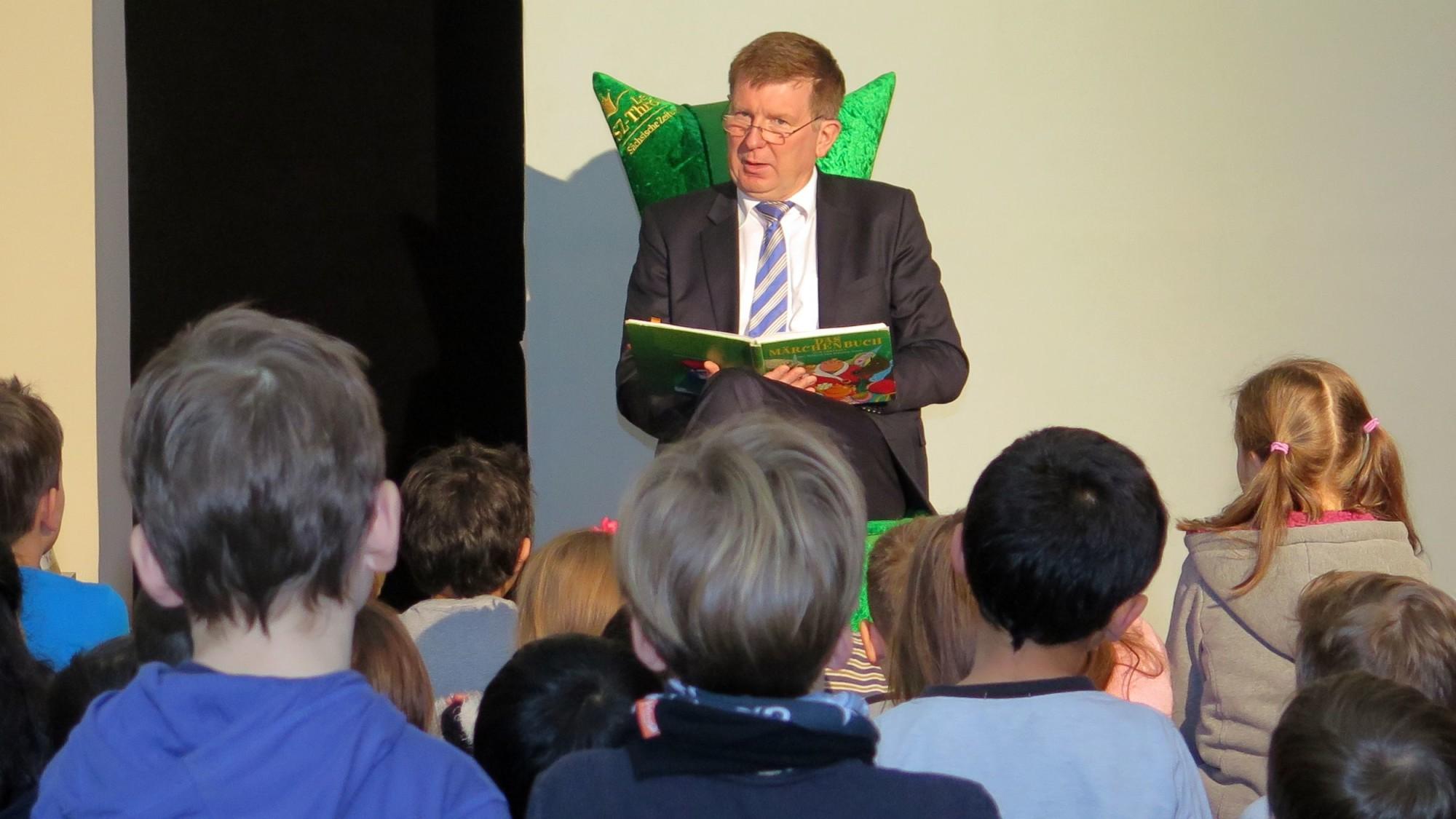 Staatssekretär Frank Pfeil liest Flüchtlingskindern vor.