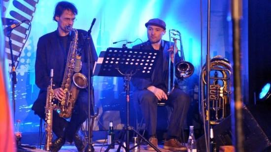"Teile des Neujahrsorchesters: Jens ""Bügge"" Bürger (Saxophon), Micha Winkler (Posaune) Foto: Angela Stuhrberg"