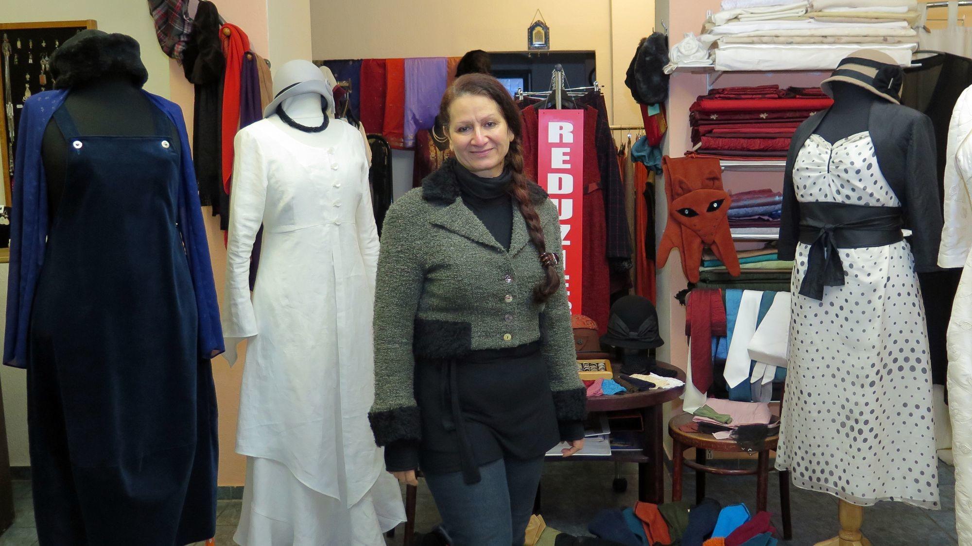 Alraee Saady im Mode-Atelier Sumeria