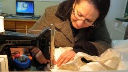 Alraee Saady an ihrer Nähmaschine