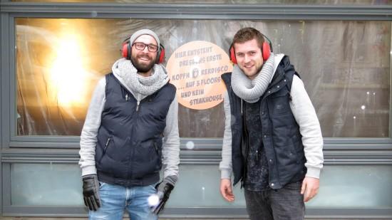 Haben die Kopfhörer auf: Robert und Constantin Müller