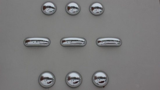Spiegelobjekte am Kunsthaus Dresden