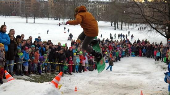 Weitenmäßig unterlegen, aber optisch gut. Snowboard-Springer.