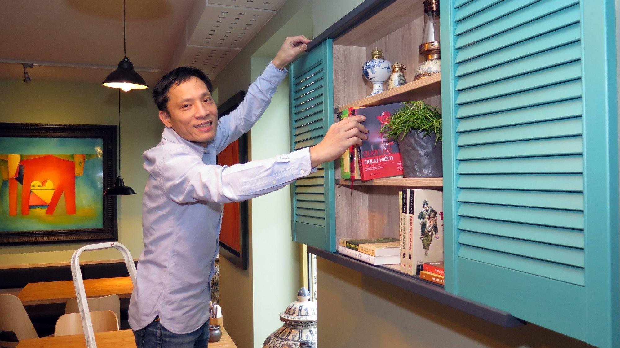 Letzte Vorbereitungen: Hai Phan rückt die Bücher im Regal zurecht.