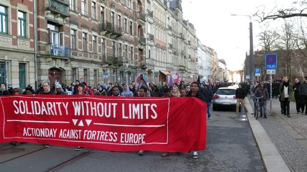 Kurz nach 15 Uhr erreichte die Nopegida-Demo den Alaunplatz