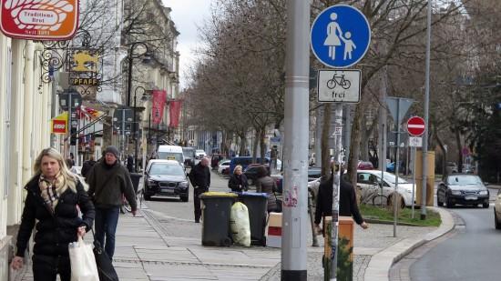 Zustand zurzeit, von der Alaunstraße kann man ganz legal über den Fußweg auf die kleine Bautzner und dann dort entgegen der Fahrtrichtung fern der Bundesstraße radeln.