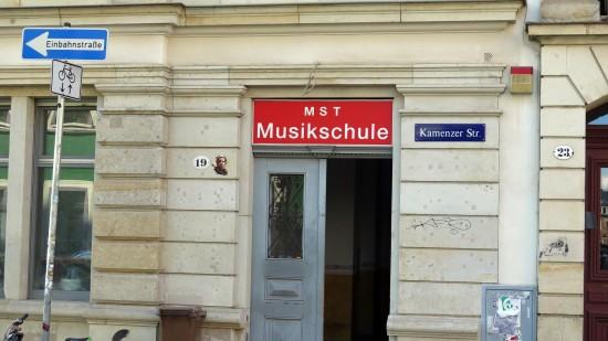 Die Musikschule ist noch da, im Obergeschoss.
