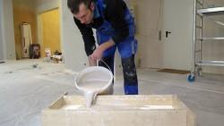 Nach der Vorlage eines uralten Loschwitzer Stuck-Stück werden weitere neue Stücke gegossen.