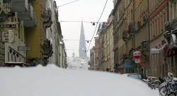 Die Garnisonkirche hüllt sich in Schneetreiben.