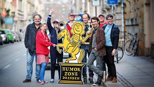 Humorzonen-Artisten vorm Spielort Thalia - Foto: Amac Garbe
