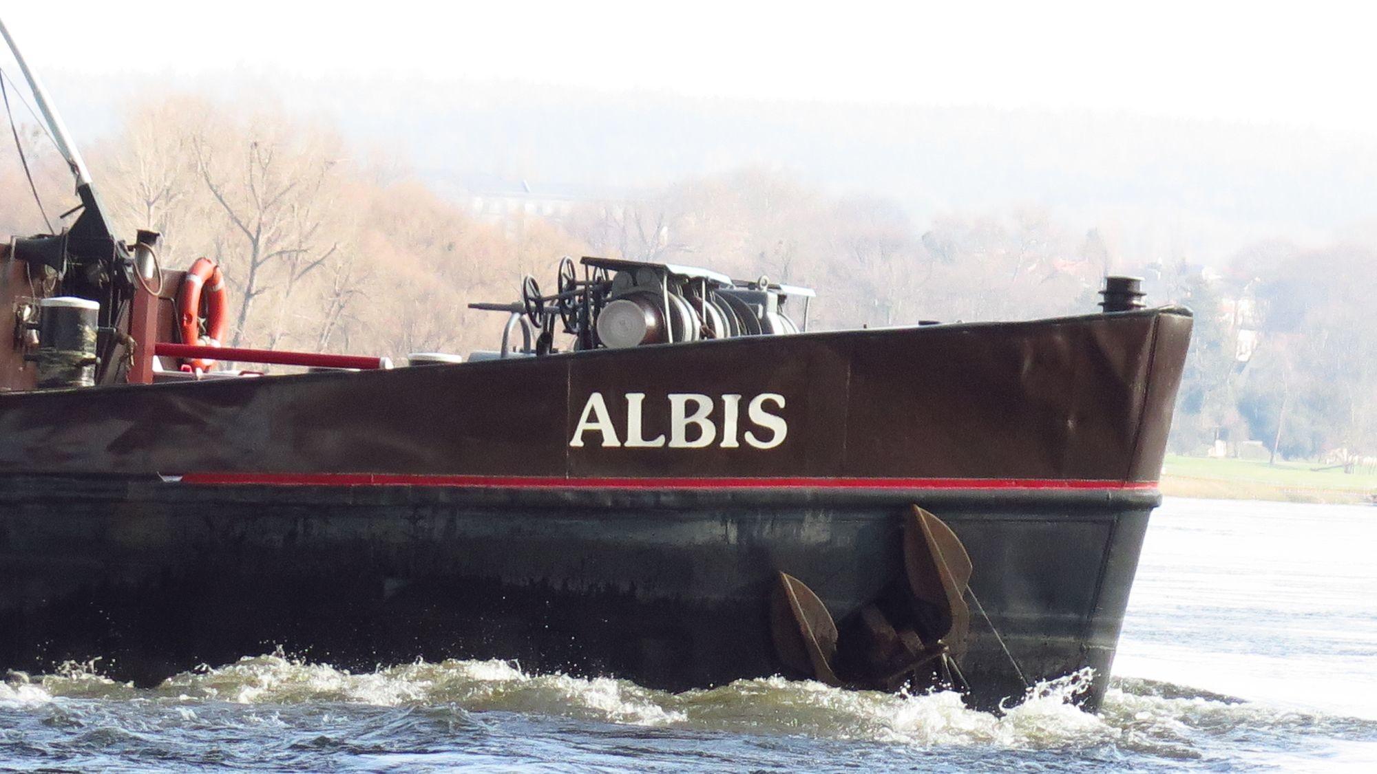 Am Bug des Frachters bilden sich ziemliche Wellen. Aber er liegt derzeit offenbar so fest, dass das stützende Schubschiff abgezogen werden konnte.