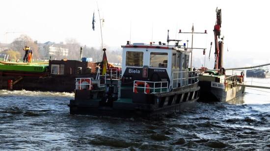 Biela stützt den Bug des Frachters ab.