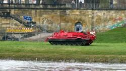 Auch auf der Neustädter Seite steht ein solch roter Bergepanzer der tschechischen Feuerwehr.