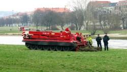 Der Panzer des sowjetischen Typs T 72-B hatte sich am Elbufer eingegraben. Mit einer Winde wurde die Albis gezogen.