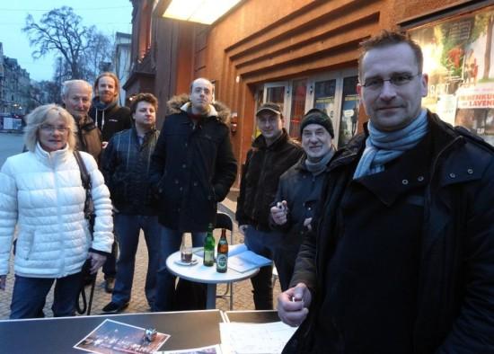 Bürgerinitiative zählt Verkehrsmengen: Martin Schulte-Wissermann (r.), Initiatior Jürgen Thauer (2.v.r.) und weitere Mitglieder der Bürgerinitiative am Freitag Abend. Foto: W. Schenk