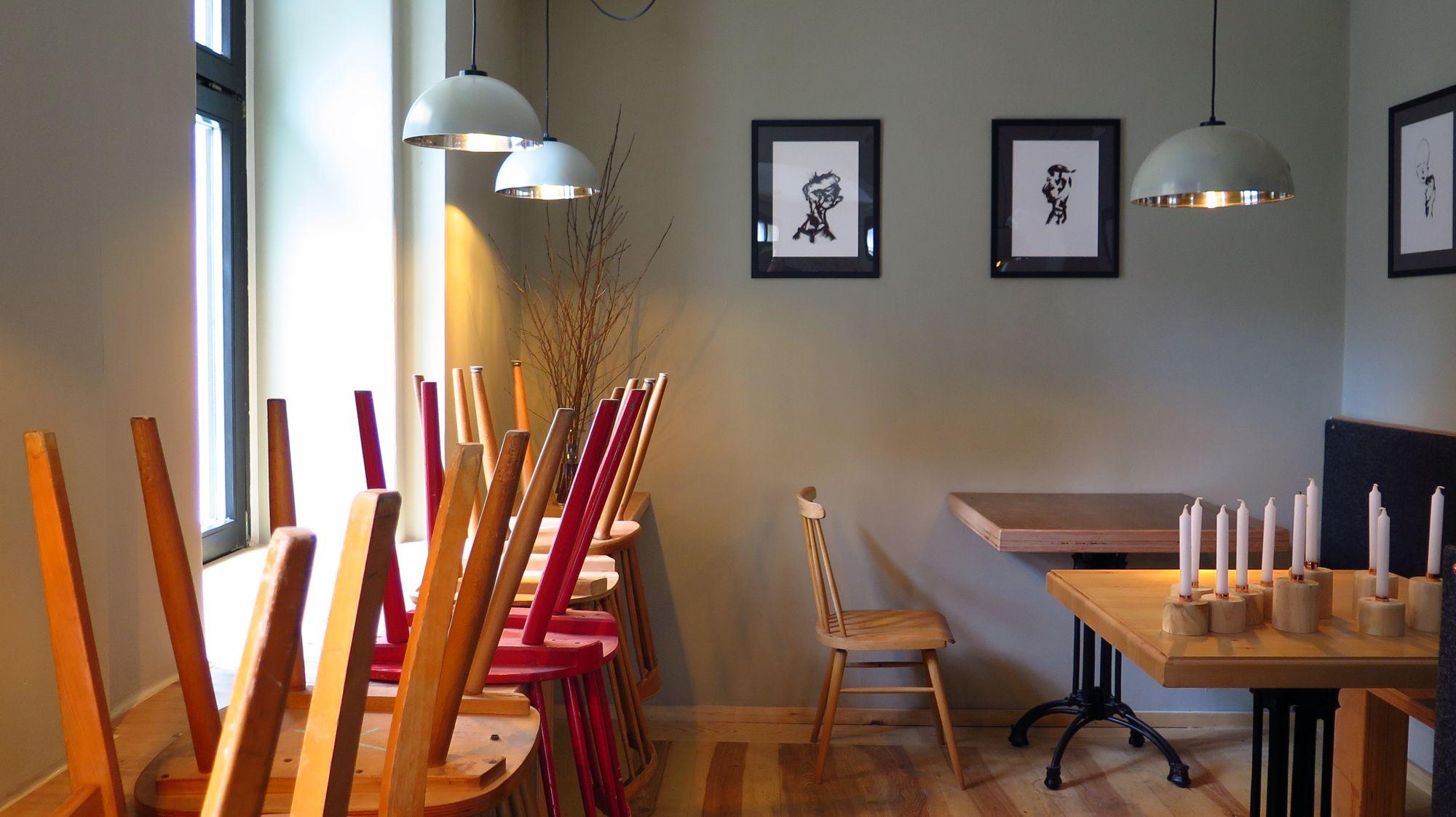 die lampen waren eins salatsch sseln die st hle sind gebraucht die tische selbstgebaut. Black Bedroom Furniture Sets. Home Design Ideas