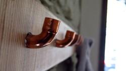 Auf die Details kommt es an. Kleiderhaken aus Kupferrohr.