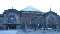 Blick auf die Front des Bahnhofs Dresden-Neustadt