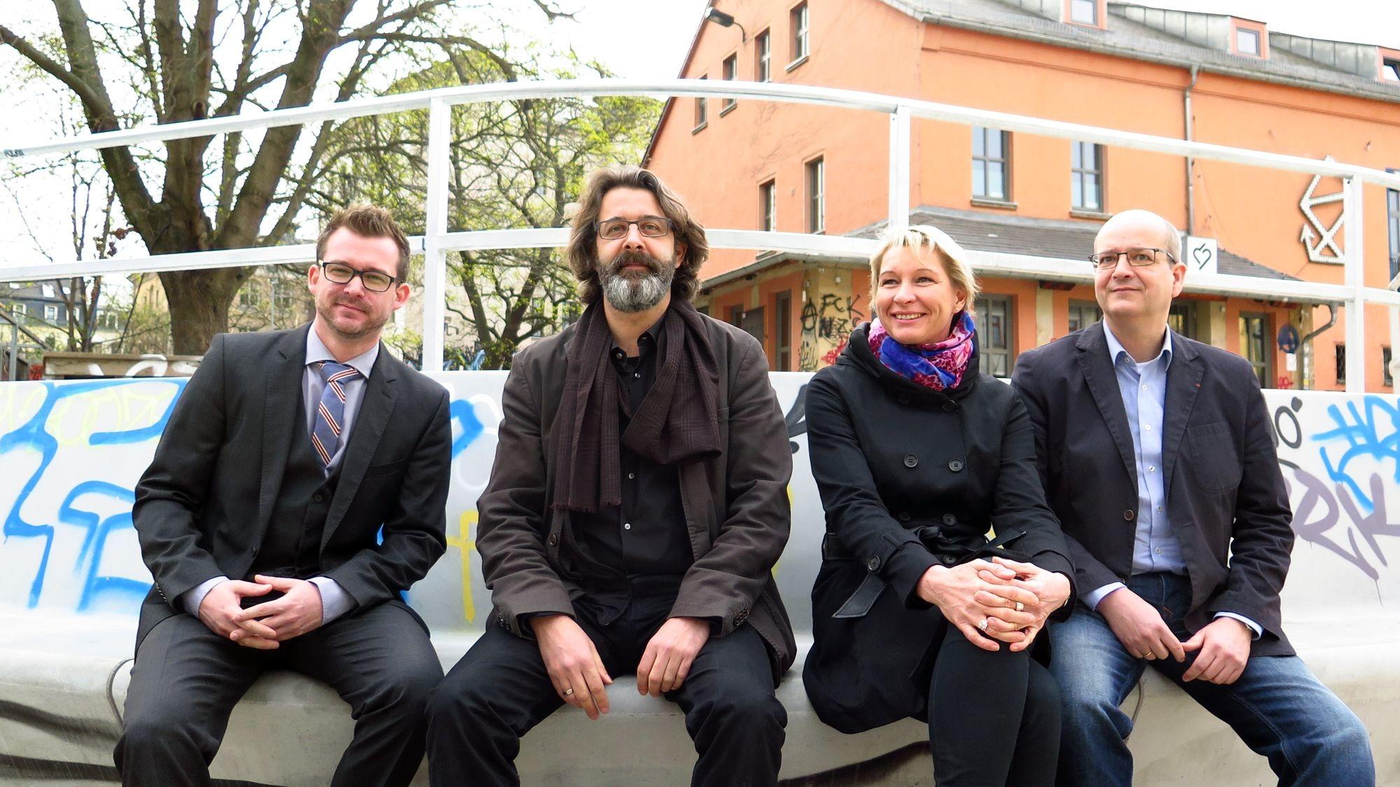 Baubürgermeister Raoul Schmidt-Lamontain, Architekt Jens Rossa, Projektleiterin Undine Neubert und Stesad-Chef Axel Walther (v.l.)