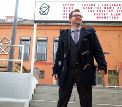 Baubürgermeister Raoul Schmidt-Lamontain vor der Scheune-Treppe